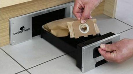 Nejjednodušší způsob, jak rychle uklidit podlahu v kuchyni. Již nepotřebujete žádnou lopatku, během 2 sekund jsou nečistoty vysáty do sběrného pytlíku. Montáž je možná kdykoliv u nové kuchyně, stejně jako i už u existující. Stačí pouze výřez v soklu a napájení 230 V. Vysavač je umístěn pod kuchyní, nezabírá tudíž žádné místo v prostoru.